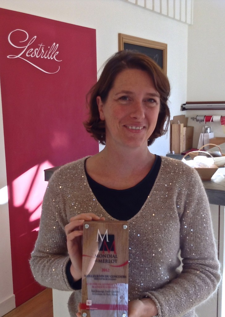 Estelle Roumage with the Mondial Merlot prize